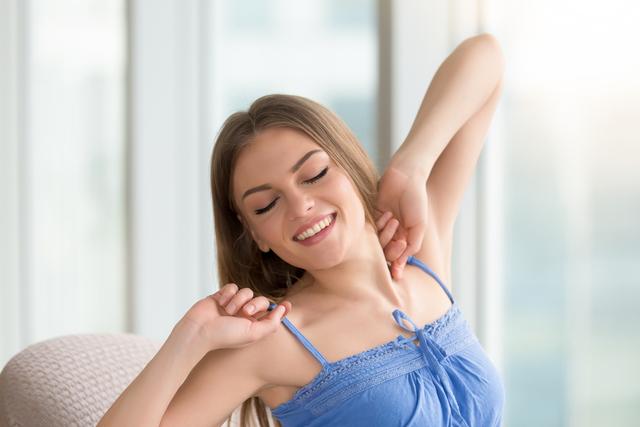 伸びをする女性