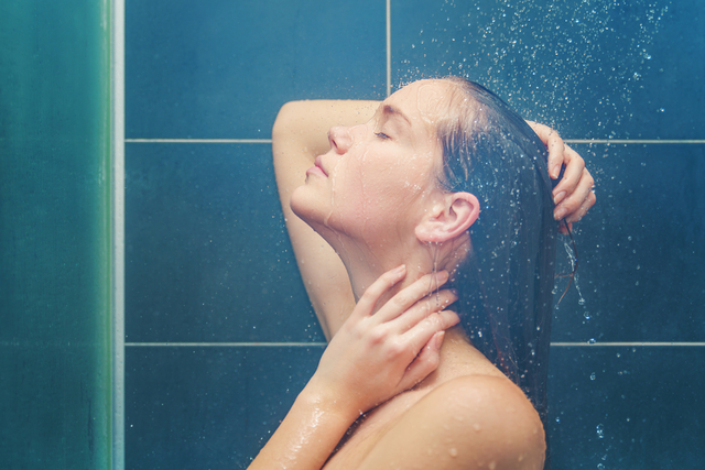 シャワーをあびる女性