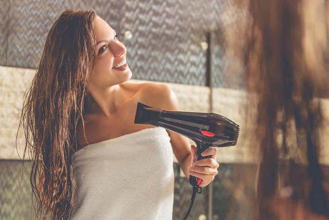 濡れた髪を乾かす