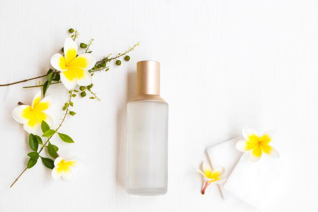 化粧水と花
