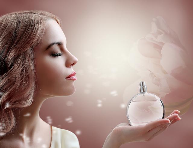 香水を持つ女性