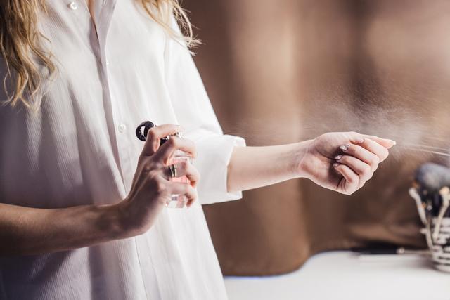手首に香水をつける