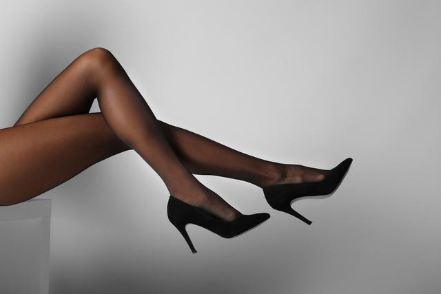 黒いタイツを履いた脚