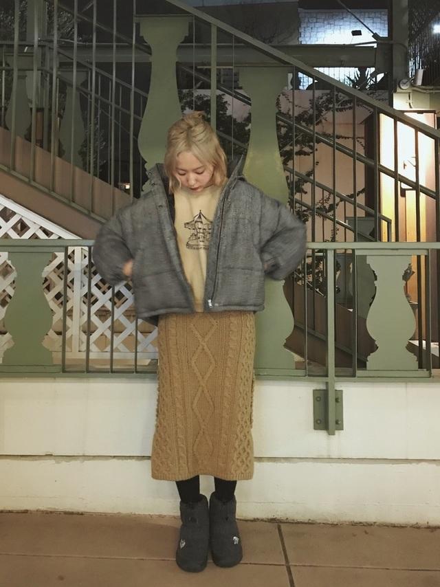 ベージュのタイトニットスカートを着た女性