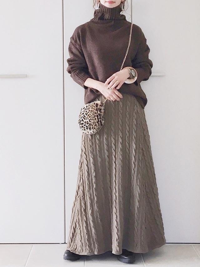 ブラウンのニットスカートを着た女性