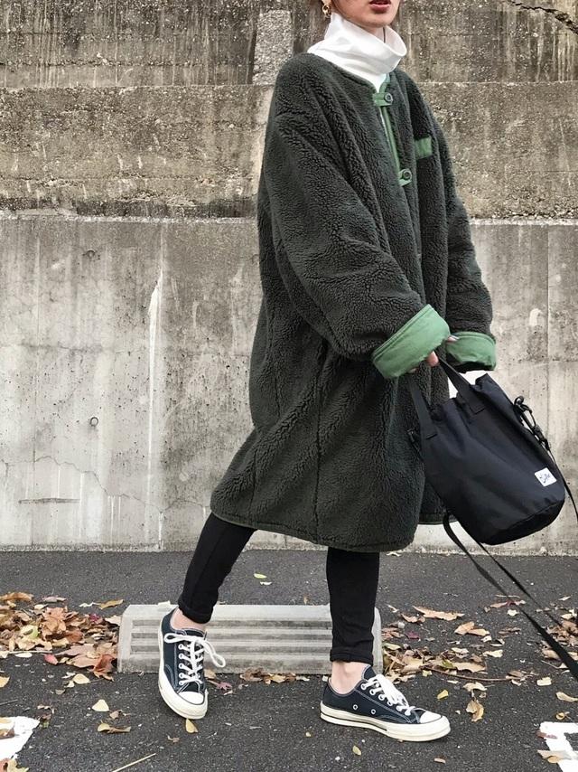 ボアコートを着た女性