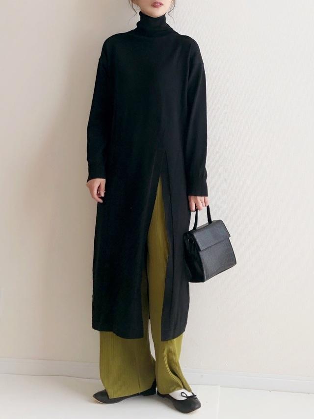 タートルニットワンピを着た女性