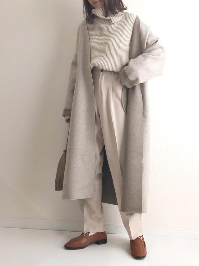 ベージュのコートを着た女性