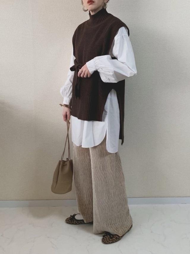 ブラウンのベストを着た女性