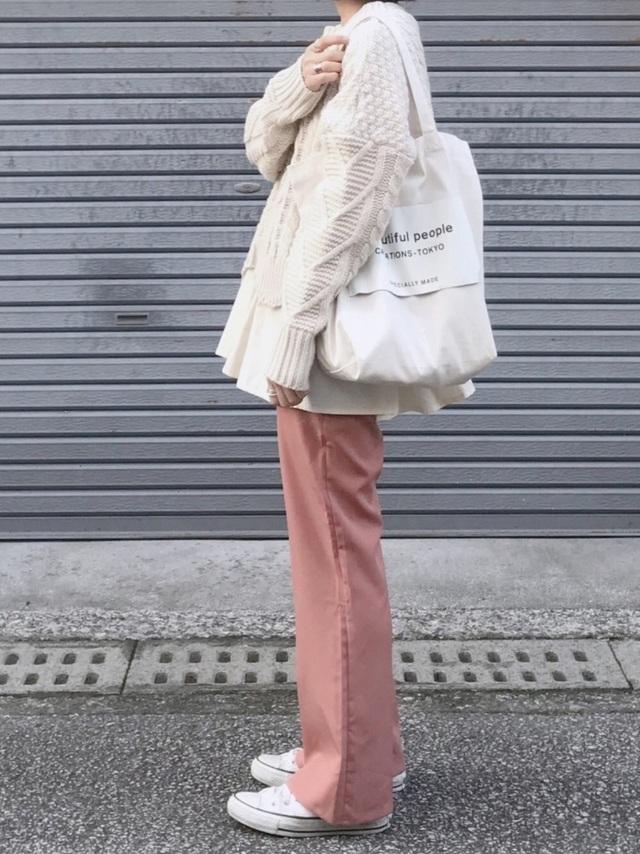 淡いピンクのパンツをはいた女性