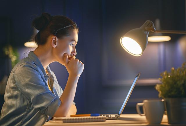 深夜にパソコンを使う女性